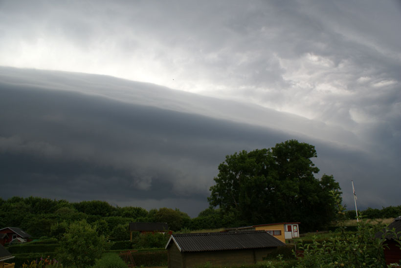 Apocalyptic shelf cloud weather phenomenon (Denmark/Odense)