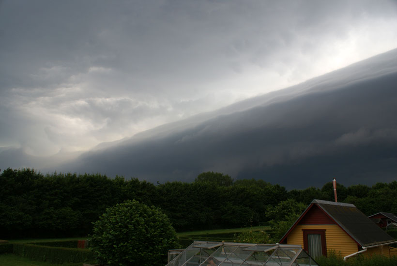 Apocalyptic shelf cloud weather phenomenon